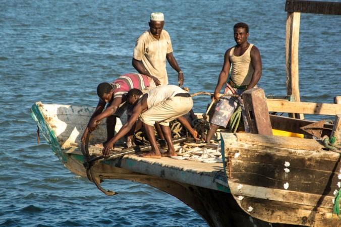 Homens retiram âncora do mar, em Djibouti (Golfo de Tadjoura, Mar Vermelho)