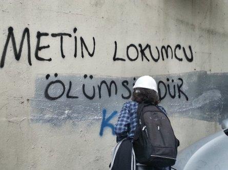 """""""Metin Lokumcu [um dos mortos nos protestos em 2013] é imortal""""."""