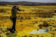 Cratera de Dallol, com óxido de ferro (vermelho), enxofre (amarelo) e sal.