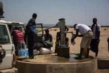 Coleta de água no deserto.