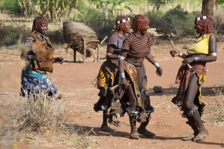 Mulheres dançam e riem. Estão bêbadas, claro.