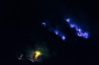 Monte Ijen, na Ilha de Java, Indonésia: mineração de enxofre (amarelo) e fogo azul