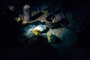 Mineradores analisam pedras de enxofre
