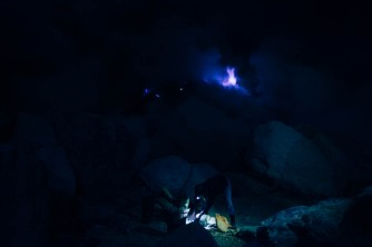 Mineração no Monte Ijen e fogo azul